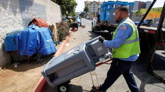 Edwin González de United Site Services coloca un lavabo de dos secciones en  el centro para jornaleros Neil Good en la calle 17 en el centro de San Diego. (Eduardo Contreras / San Diego Union-Tribune)